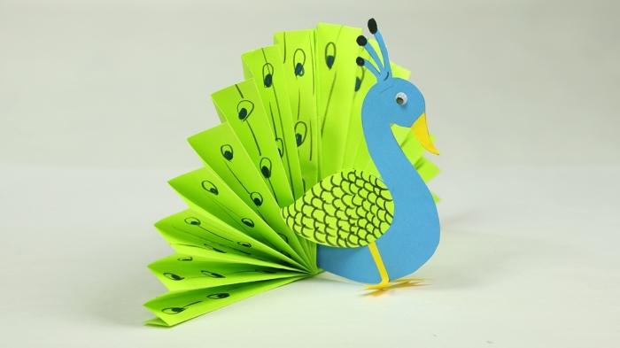 activité manuelle primaire, idée comment faire un paon facile avec éventail en papier vert et corps en feuille de papier bleu