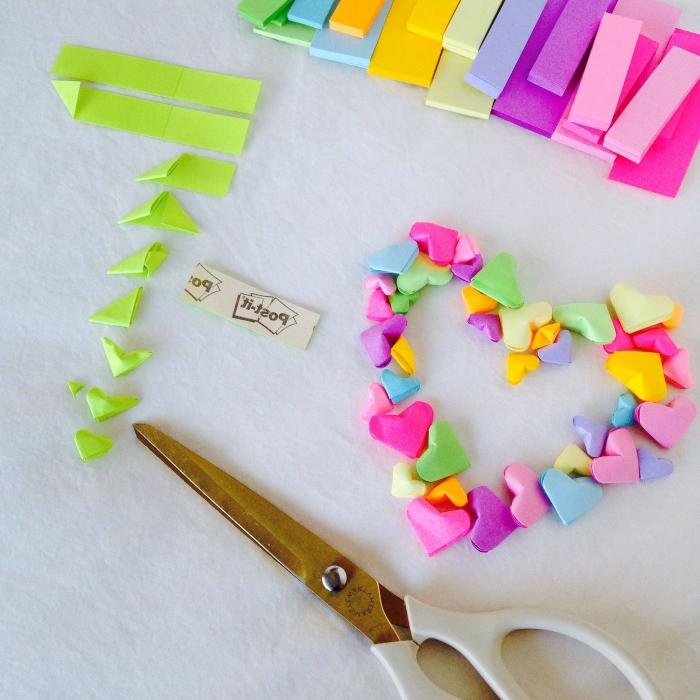 activité manuelle printemps, comment faire un cadeau pour la fête des mères original et petit budget, diy bracelet en forme de cœur de papier