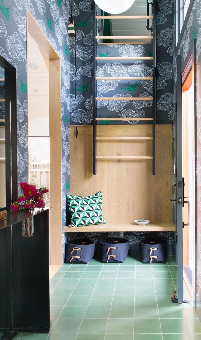 papier peint tendance couleur gris foncé idee deco entree avec accents en bois carrelage vert banquette bois coussin décoratif vert