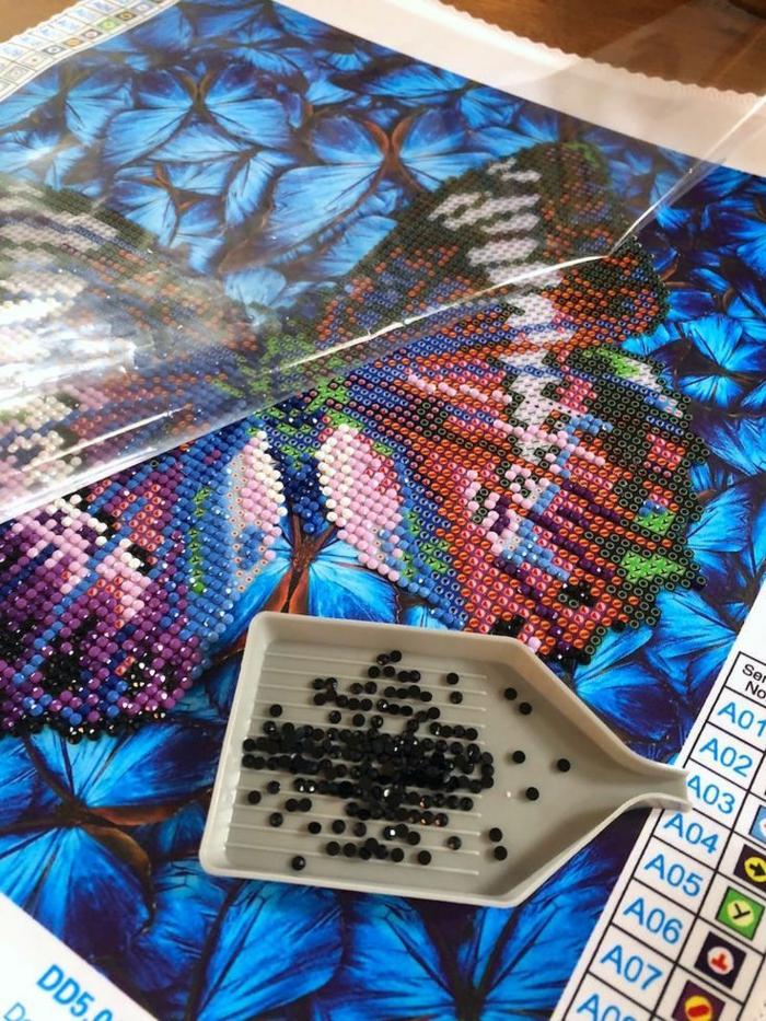 Bleu sombre petits papillons pour fond et grande papillon 3 d coloré idées loisirs créatifs creation diamant petites pièces à mettre en place