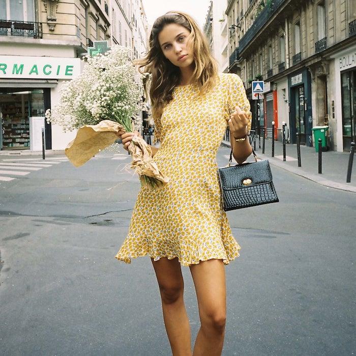 paris inspiration style de rue robe d été femme originale adopter le style bohème chic avec une robe fleurie street style robe jaune sac a main noir cuir