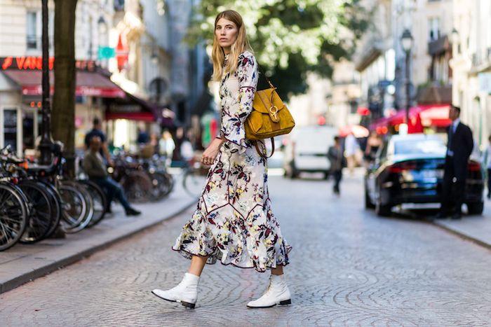paris style de la rue robe longe manche longue bottines blanches tendance idée robe longue a fleur les plus belles robes fleuries robe femme habillée