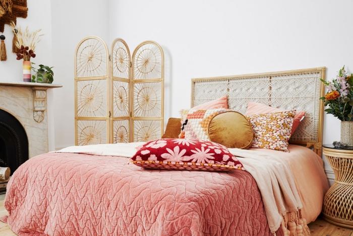 paroi rotin cheminée marbre décoration chambre à coucher bohème motifs ethniques coussin décoratif suspension macramé tête de lit rotin