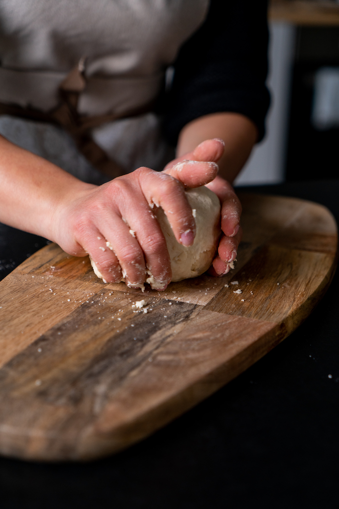 pétrir une pâte de ses mains pour faire recette naan, idée pain indien traditionnel a faire soi meme