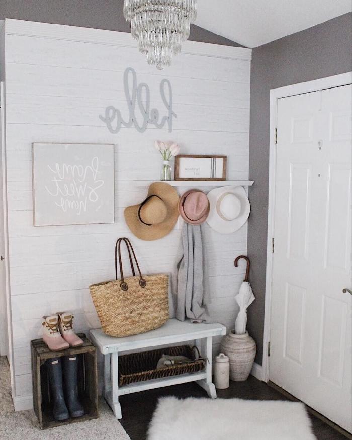 peindre couloir deux couleurs mur gris panneaux blancs sac à main paille meuble couloir blanc caissette bois étagère murale