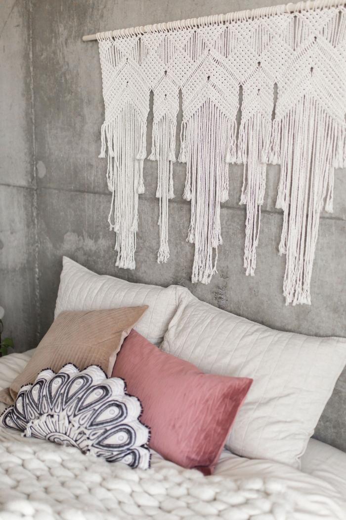 peinture à effet béton ciré décoration chambre aux murs style industriel avec accessoire bohème chic suspension noeud macramé
