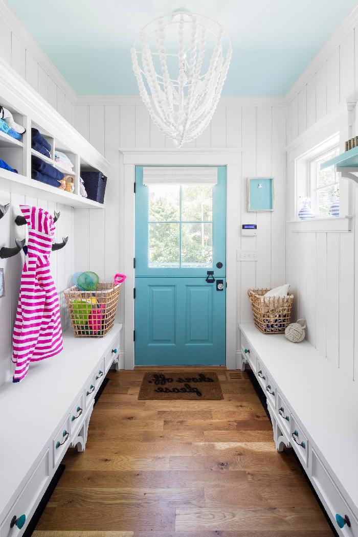 peinture couloir et portes intérieur bord de mer décoration couloir étroit lustre coquillage meubles blanc revêtement mural panneaux blancs