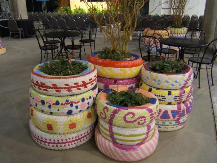 exemple comment faire une deco pneu originale, DIY jardinières en pneus recyclés repeints en différents couleurs et motifs