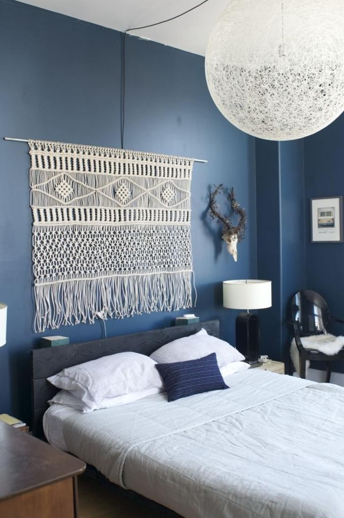 peinture murale bleue décoration chambre à coucher tête de lit macramé corde lampe de chevet blanc et noir chaise noire cornes décoratives