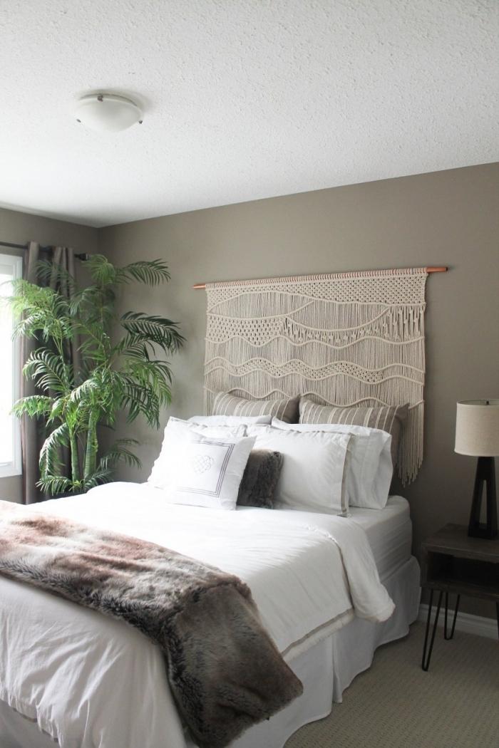 peinture murale chambre à coucher tendance noeud macramé suspension cotton beige palmier d intérieur lampe de chevet noir et blanc