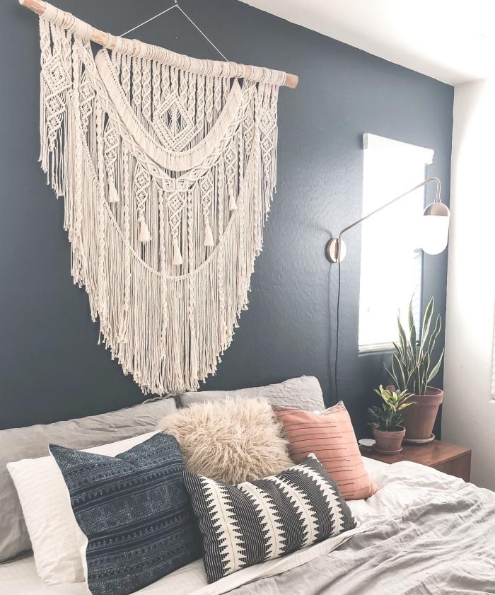 peinture murale foncée plantes vertes lampe blanc et or coussins décoratifs coussin fausse fourrure tete de lit originale diy macramé