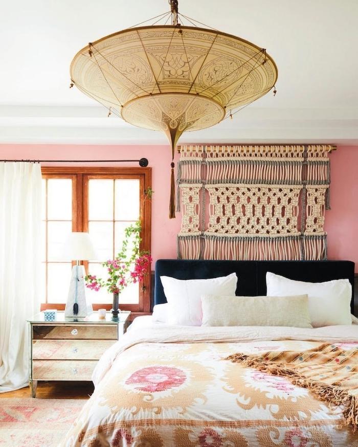 peinture murale rose tapis ethnique décoration chambre fille motifs exotiques luminaire tête de lit velours bleu foncé rideaux longs blancs
