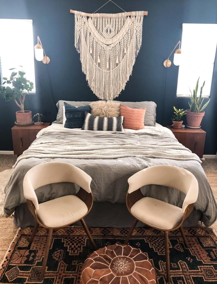 peinture murale tendance bleu foncé suspension noeud macramé franges glands coussin décoratif chaise bois pouf ottoman cuir marron