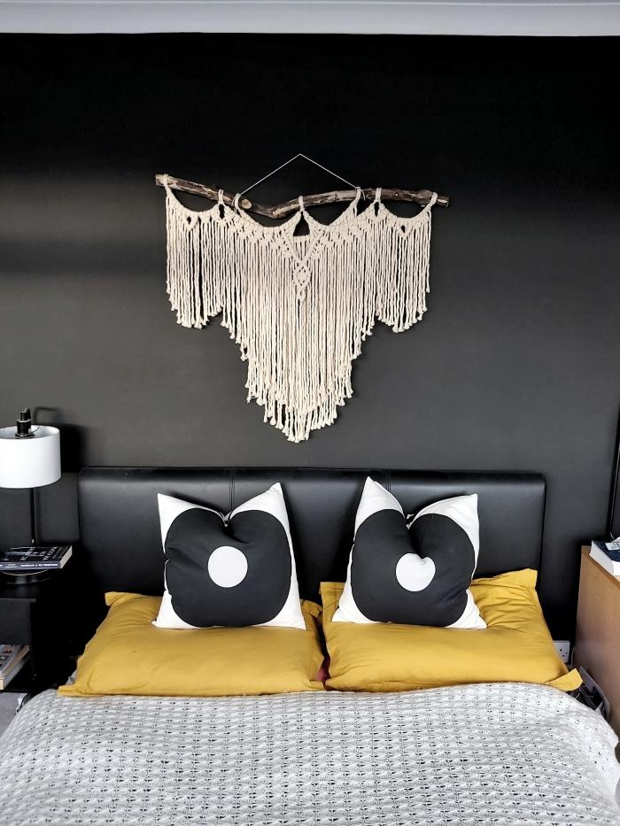 peinture murale tendance murs noirs chambre à coucher petit espace tete de lit a faire soi meme corde cotton bois flotté lampe de chevet blanche