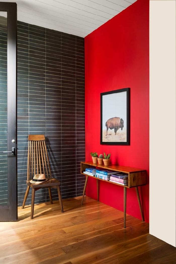 peinture murale tendance rouge décoration de couloir d entrée revêtement mural carrelage gris anthracite chaise bois foncé meuble bois