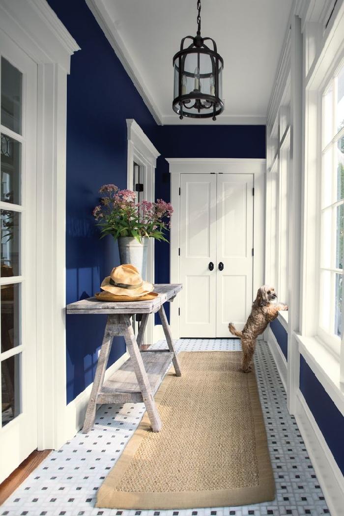peinture tendance couleur bleu foncé table bois vintage carreaux blanc et noir comment peindre un couloir aux multiples portes