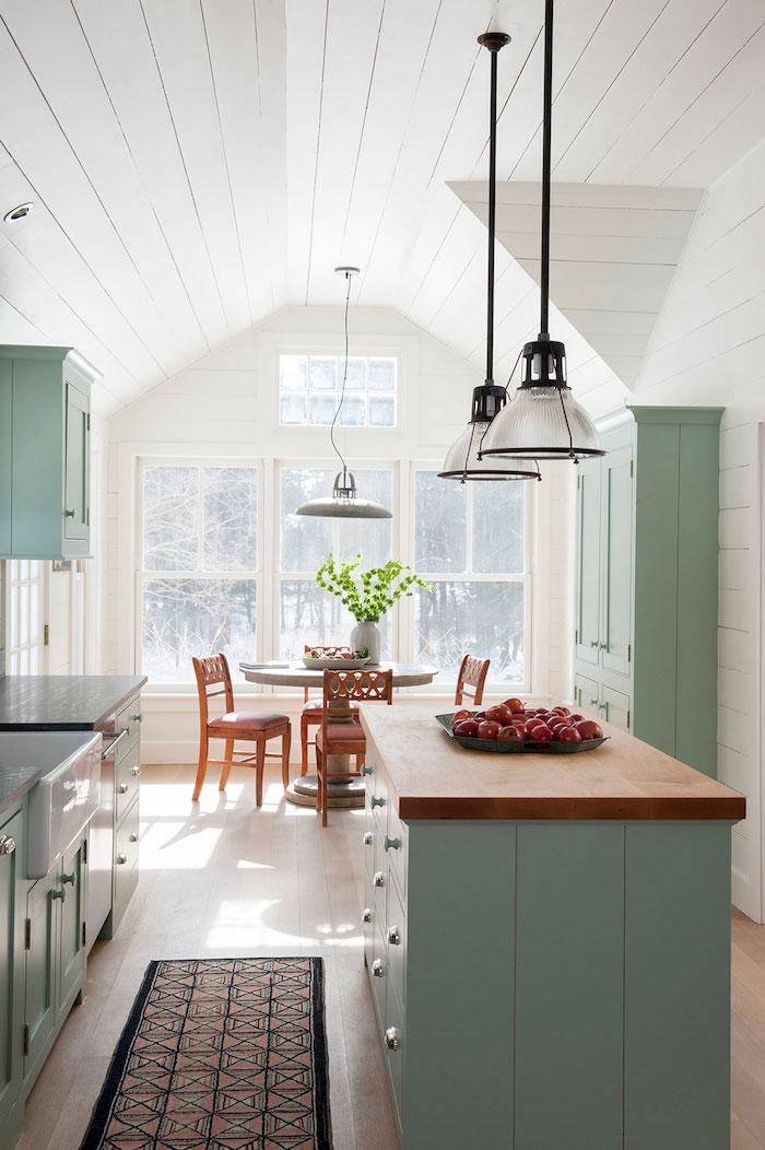 Cuisine sous pente bien aménagée, associer les couleurs dans une cuisine blanc et vert claire, association de couleur