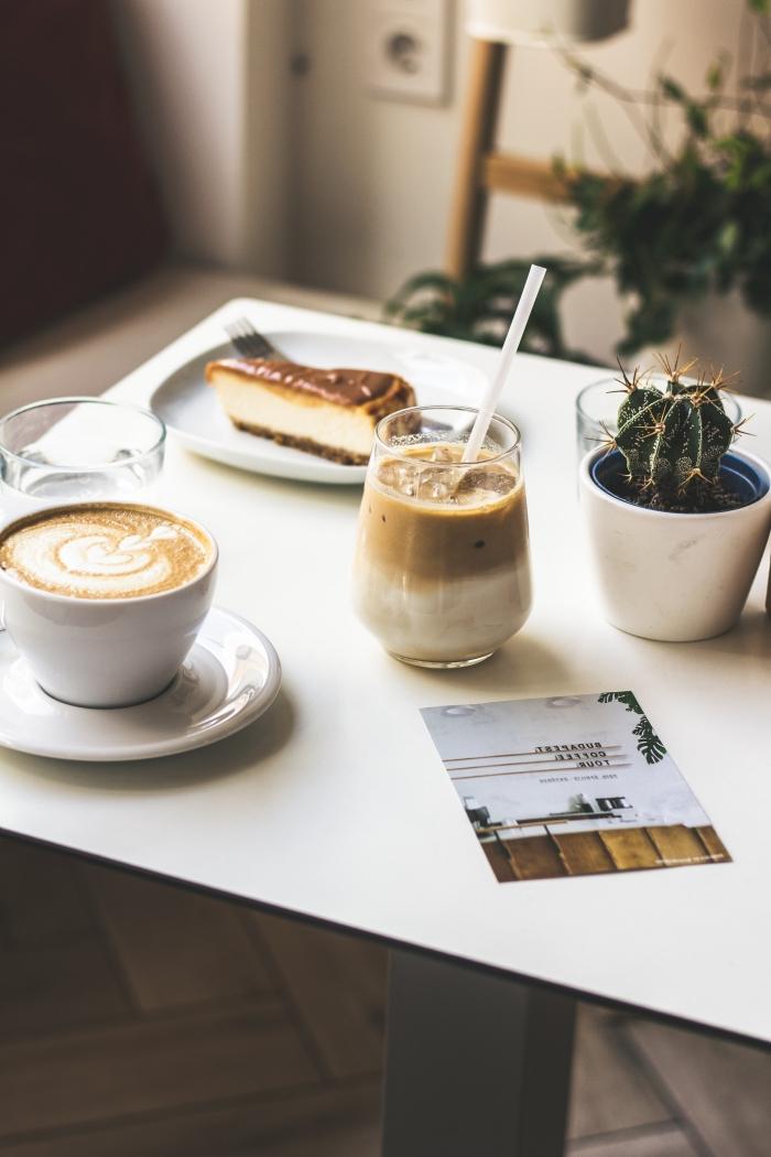quelle boisson énergisante pour un goûter, recette de café frappé classique avec mousse au café instantané et lait