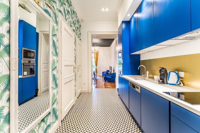 Papier peinte jungle urbaine bleu cuisine tendance 2020, repeindre sa cuisine et l'aménager bien