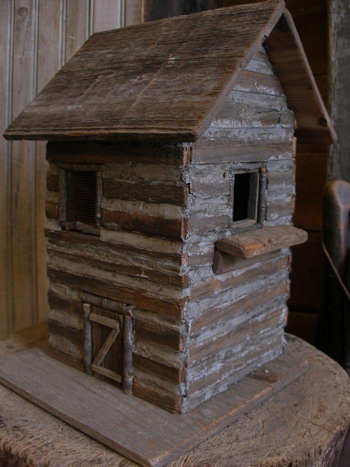 modèle de cabane oiseaux fabriquée avec bois foncé sur deux niveaux, diy mangeoire pour oiseaux à faire soi même