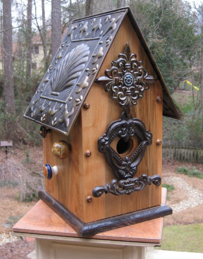 DIY maison oiseaux fabriquée avec planches de bois et ornements en métal, modèle de mangeoire originale