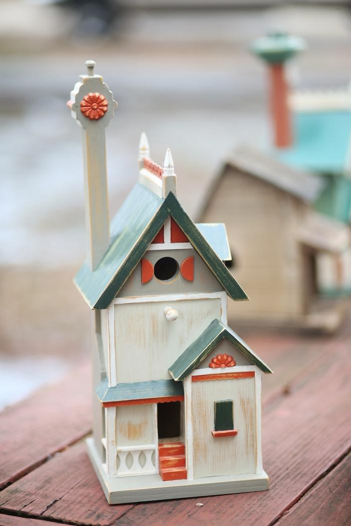 projet créatif amusant avec bois, construction de mangeoire oiseaux sur pied décorative, diy maison en bois pour oiseau