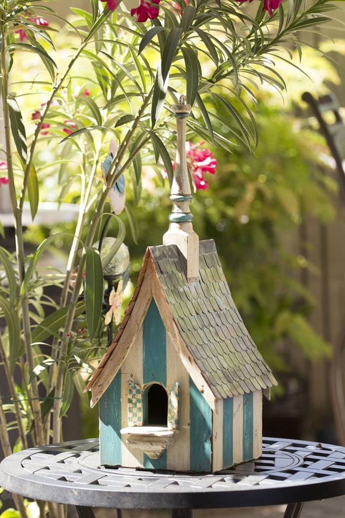 DIY cabane a oiseaux décorative facile à réaliser avec bois et peinture, modèle de mangeoire décorative fait maison