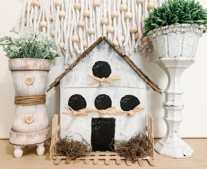 idée comment faire une maison oiseaux décorative pour intérieur, DIY mangeoire fait avec carton et bâtons de bois