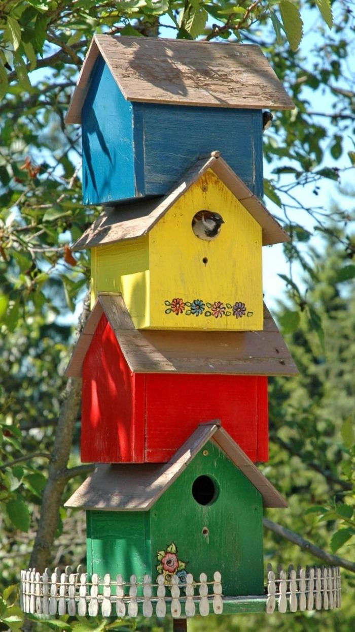 modèles de mangeoire pour oiseaux fait avec planches de bois repeintes en couleurs variées, déco de jardin à faire soi même