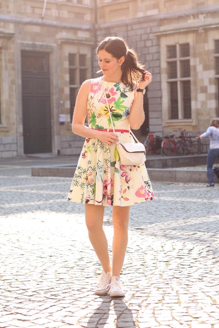 petite robe jaune fleurie taille haute ceinture rose robe longue fleur idée pour la femme stylée qui aime le style décontracté chic robe et baskets blanches