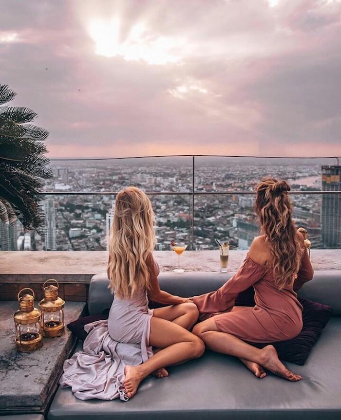 photo de deux amies bien habillees robe de plage inspiration style femme robe de plage longue vue magnifique