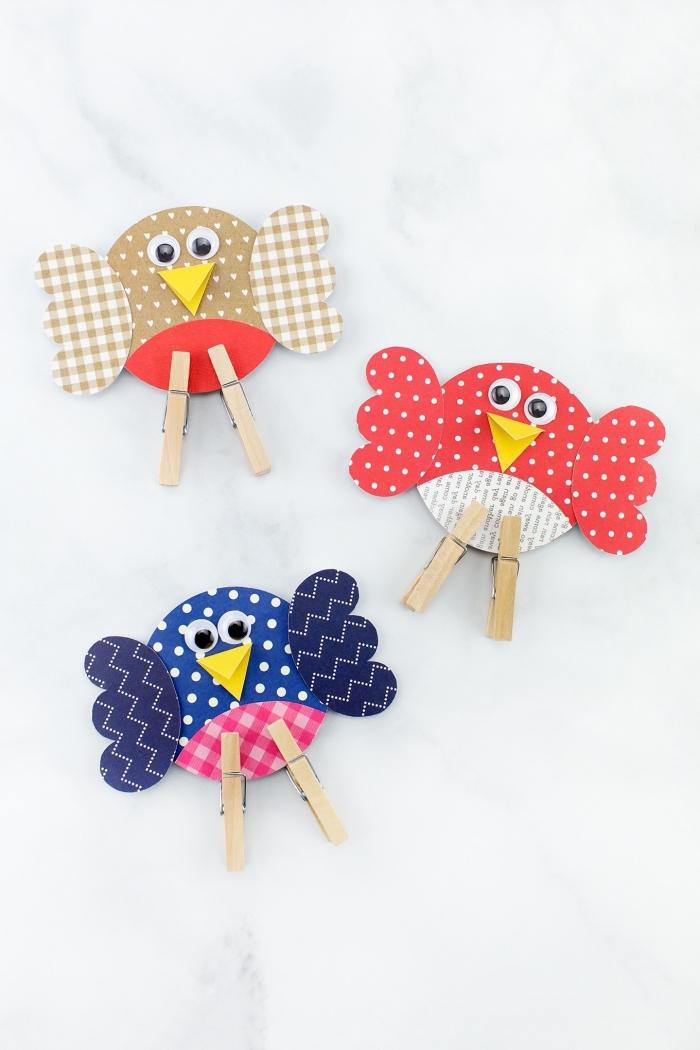 activité enfant 3 ans, modèles de formes oiseaux en papier coloré avec pieds en pinces de bois, idées créations en papier