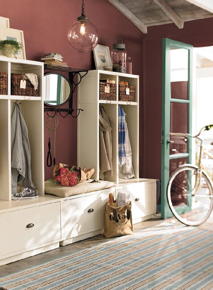 plafond bois tapis bleu et blanc meuble bois blanc panier de rangement tressé fibre végétale de quelle couleur peindre les portes d un couloir