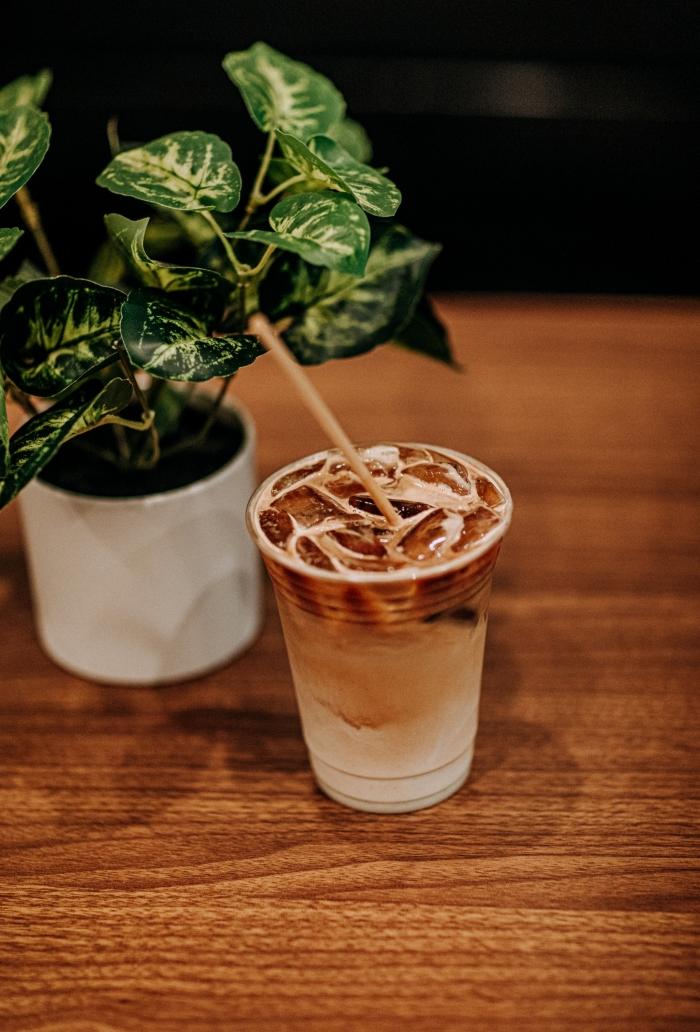 comment faire un latte glacé facile, mélange de lait et de café refroidi servi dans un verre en plastique avec glaçons