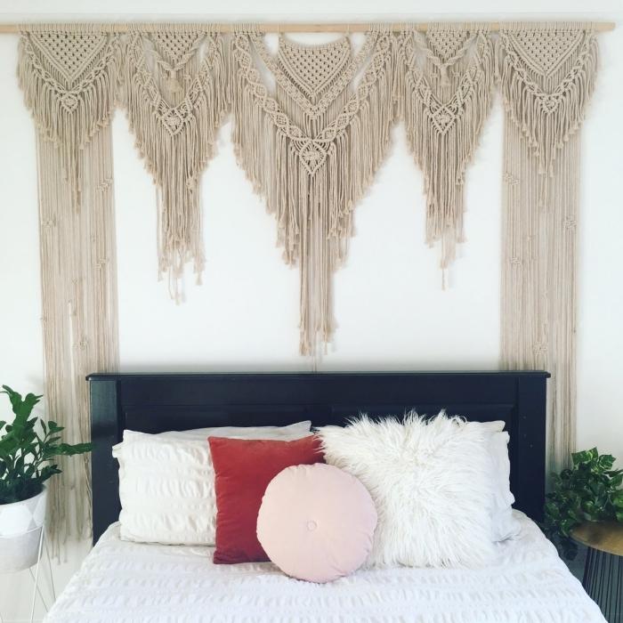plantes vertes chambre à coucher bohème meuble de chevet table bois et métal diy macramé mural franges coussin rond rose pastel