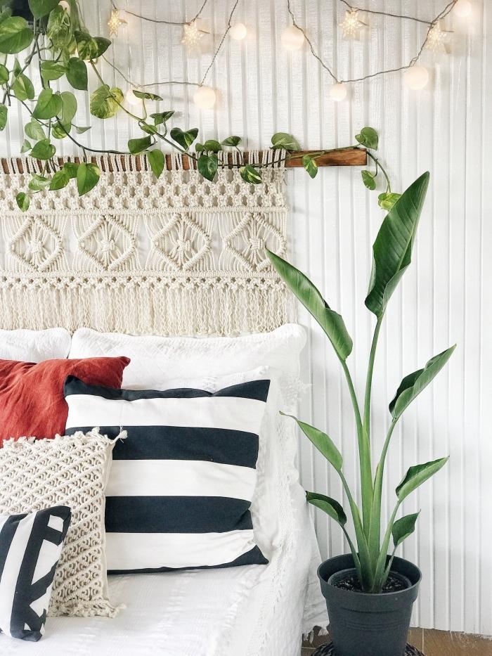 plantes vertes d intérieur pot fleur gris anthracite idee tete de lit à faire soi même bâton bois corde macramé franges coussins décoratifs