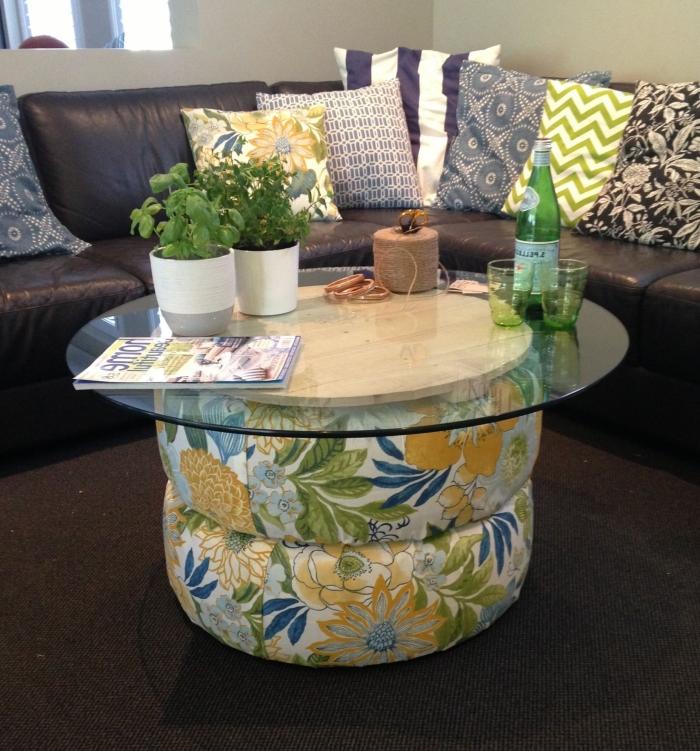 décoration de salon avec meubles noirs et table basse DIY, modèle de table fait main avec pneus recyclés couverts de tissu