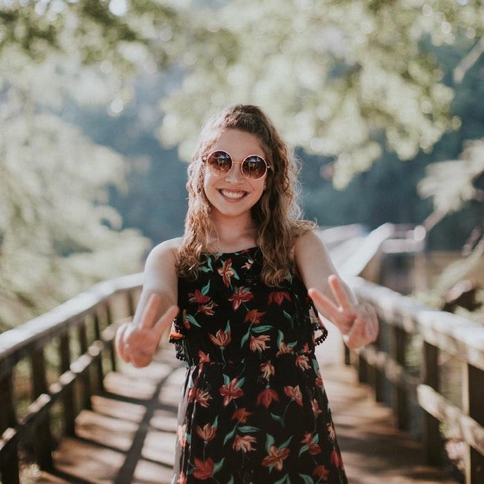 pont dans la foret fille lunettes de soleil rondes originale idée tenue robe longue fleurie boheme femme tenue d ete robe longue fluide
