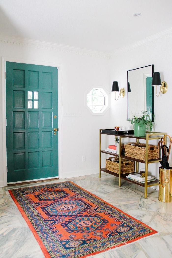 porte d entrée bleue revêtement sol carreaux aspect marbre applique murale noir et or peinture couloir et portes tapis orange et gris