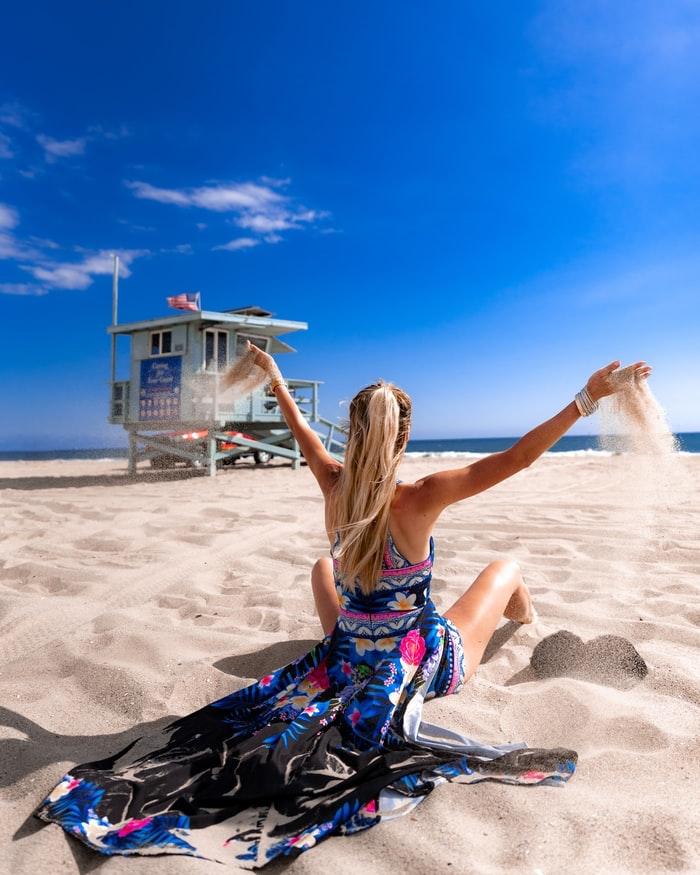 porter une jolie robe a la plage photo californie santa monica robe fleurie femme robe fleurie pour mariage champetre chic sable et ocean