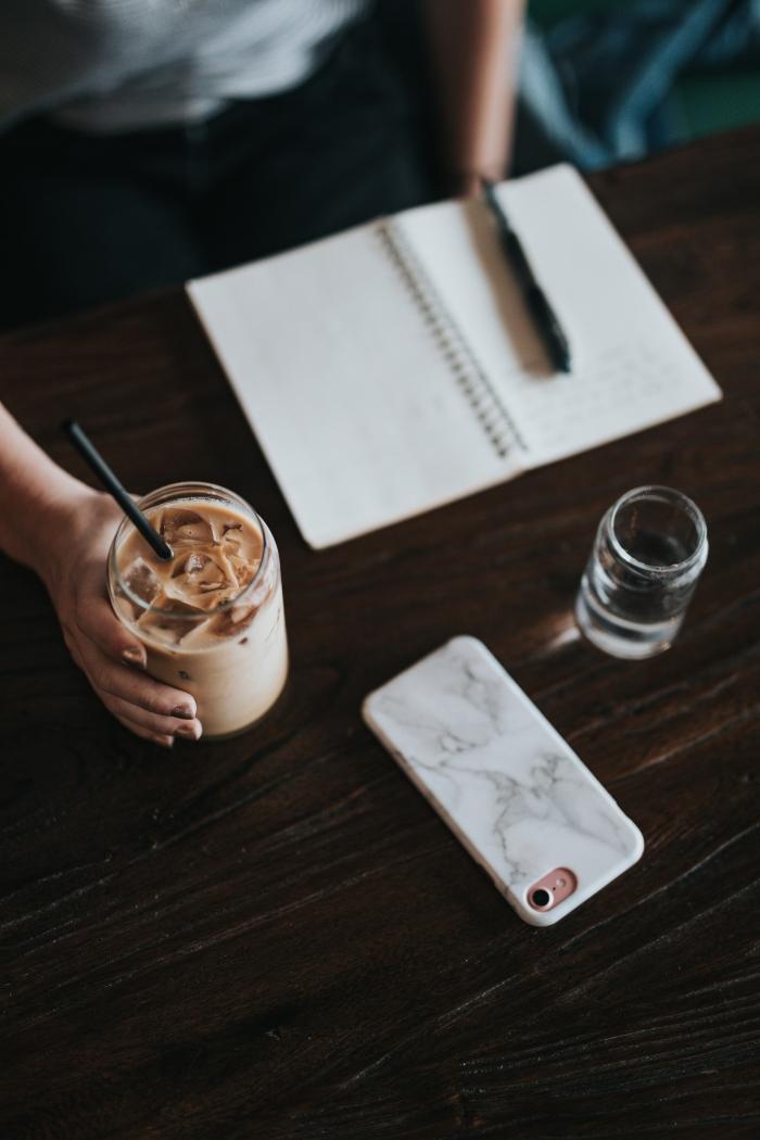 comment préparer un café frappé avec lait végétal, recette de boisson fraîche au caféine avec glaçons et lait d'almond