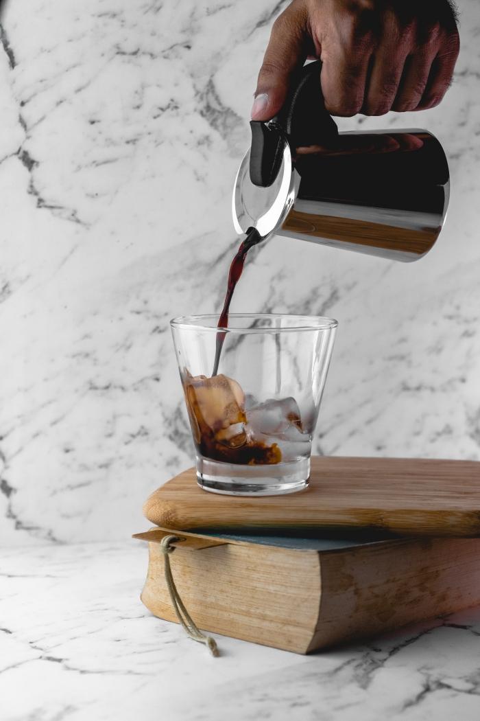idée comment faire un café froid facile dans un verre rempli de glaçons, servir un café avec glaçons pour l'été