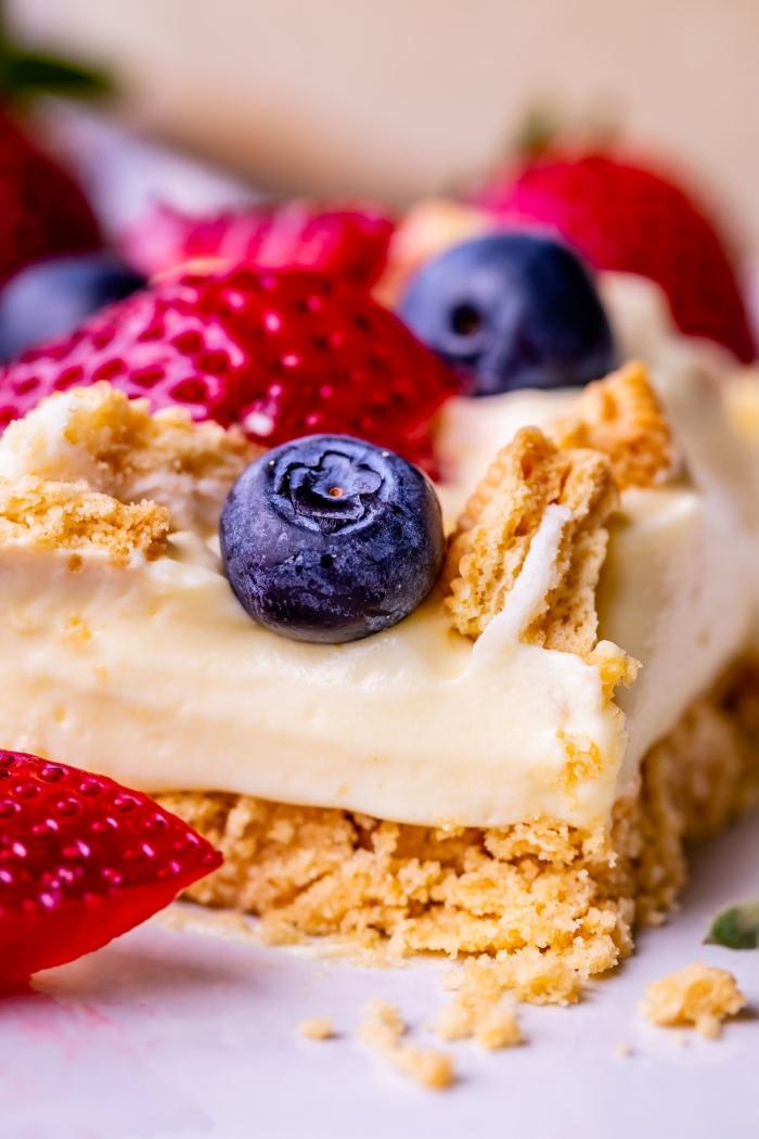 préparation gâteau biscuits concassés beurre pâte crème fromage mascarpone zeste de citron dessert facile a faire décoration avec fruits fraîches