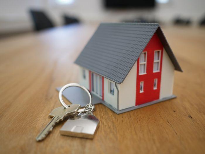pret immobilier petite maison en=plastique blanc rouge toit gris