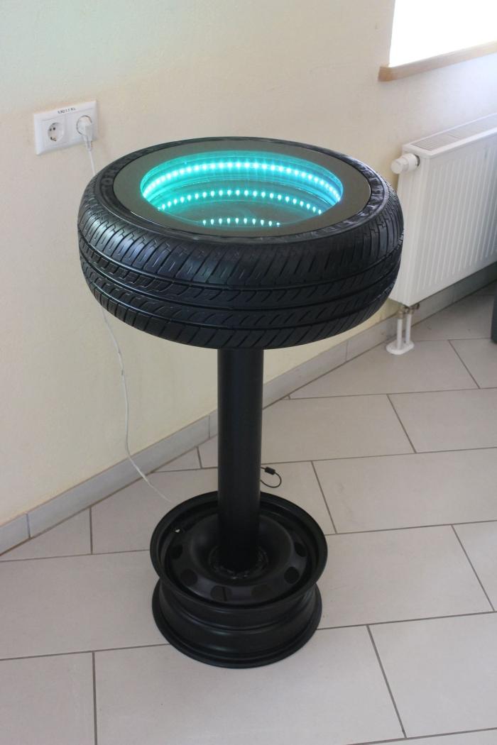 modèle de table originale à faire avec pneu usagé, meuble DIY avec matériaux de récupération, petite table de café avec lampes led