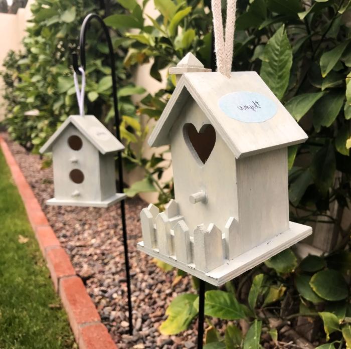 modèles de cabane à oiseaux en bois avec toit maison et véranda, idée comment décorer son jardin avec mangeoires