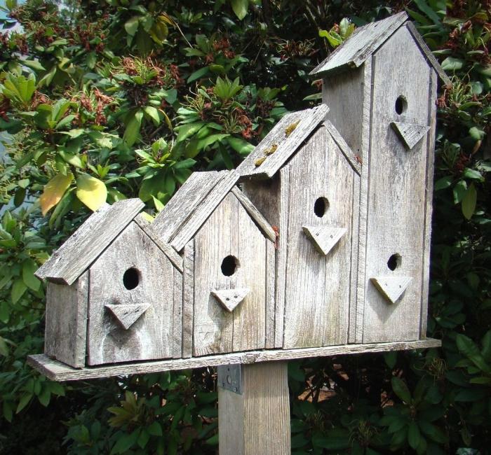 idée comment faire une maison oiseaux originale avec quatre sections de différentes tailles en planches de bois, fabriquer un nichoir à oiseaux