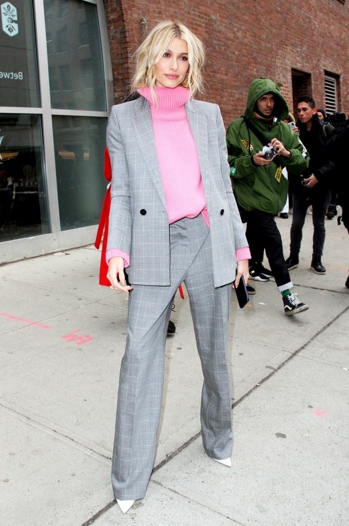 modèle d'ensemble tailleur femme chic de nuance grise, idée avec quelle couleur assortir le gris dans une tenue femme stylée