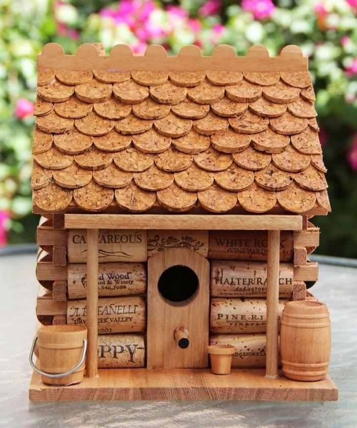 nichoir à mésange fait maison, modèle de maison pour oiseaux en matériaux de récupération, diy maison en bouchon de liège
