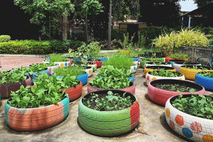décoration jardin avec pneu, exemples comment faire un petit jardin avec plantes dans jardinières en matériaux récyclés